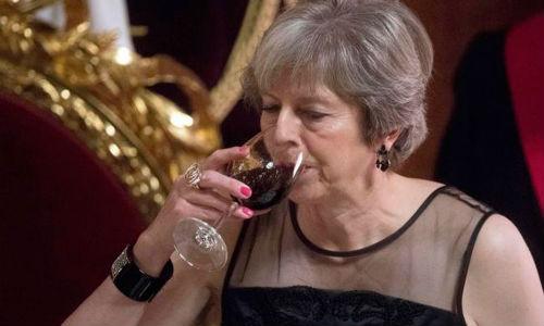 О Терезе Мэй, которая поехала на бал в костюме Уинстона Черчиля, и что из этого вышло