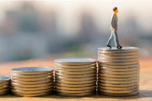 Кому из казахстанцев повысят зарплату с 1 июня?